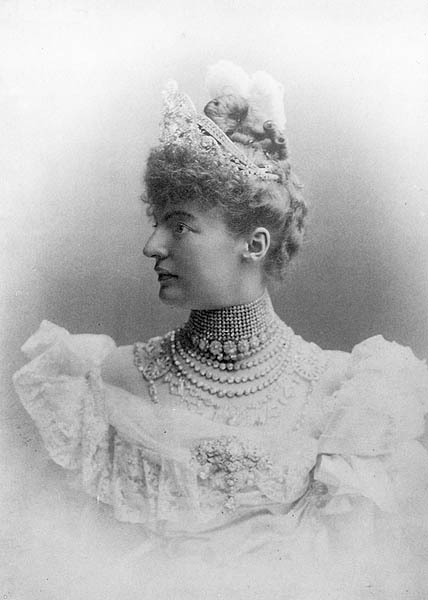 Fürstin Margit, Princess Margarethe of Thurn and Taxis, in 1894, she was first time pictured with the tiara and the necklace.